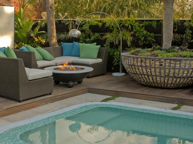 HORJD305_Jamie-Durie-Backyard-Sofa-Pool-Modern_s4x3_lg